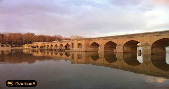 پل چوبی پلی در اصفهان بر روی زاینده رود است