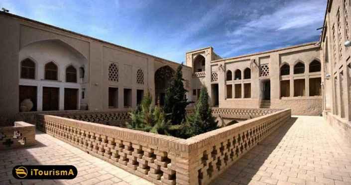 خانه پیرنیا یک عمارت صفوی با ویژگی های معماری کویری می باشد